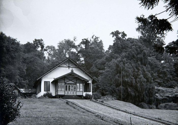 File:COLLECTIE TROPENMUSEUM Pasanggrahan in de Bergtuin Tjibodas TMnr 60019048.jpg