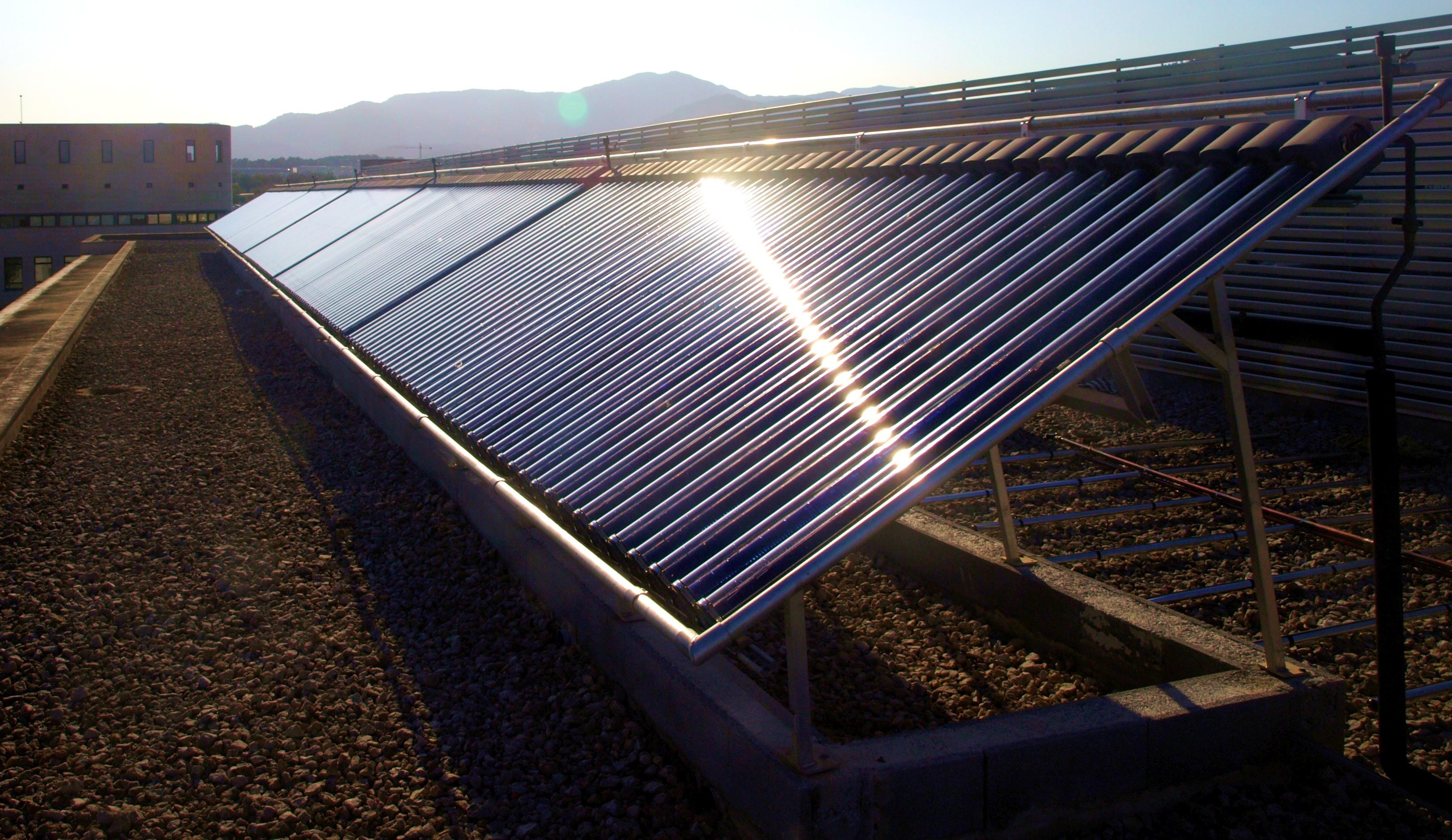 File:Col·lectors solars de tub de buit.JPG - Wikimedia Commons