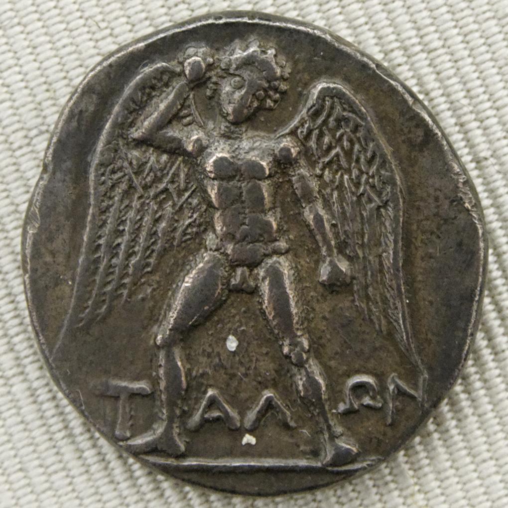 На некоторых древних монетах Талос изображён крылатым: есть сведения, что он облетал, а не обходил Крит