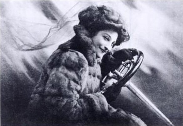 Dorothy Levitt na abertura de Woman and the Car (H. W. Nicholls, 1909)