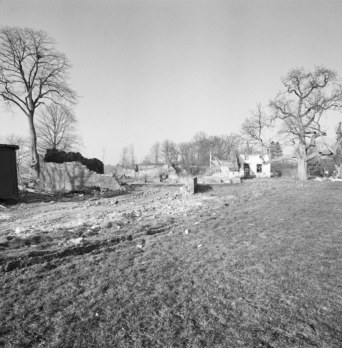 File exterieur huis in slechte staat bouwval met omgeving thorn 20002944 - Huis exterieur ...