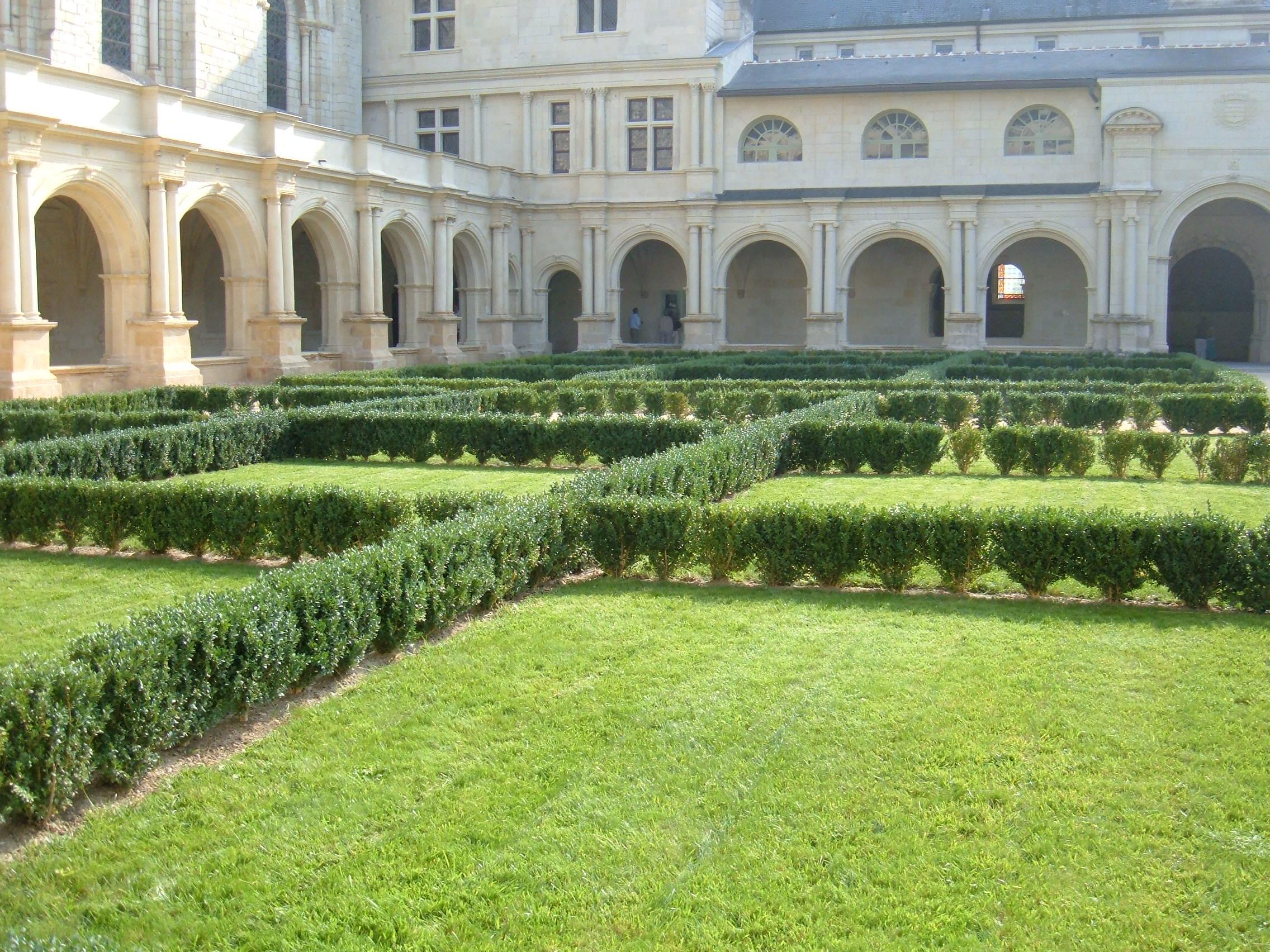 File fontevraud abbey courtyard garden 2 jpg wikimedia for Courtyard landscape oostburg wi