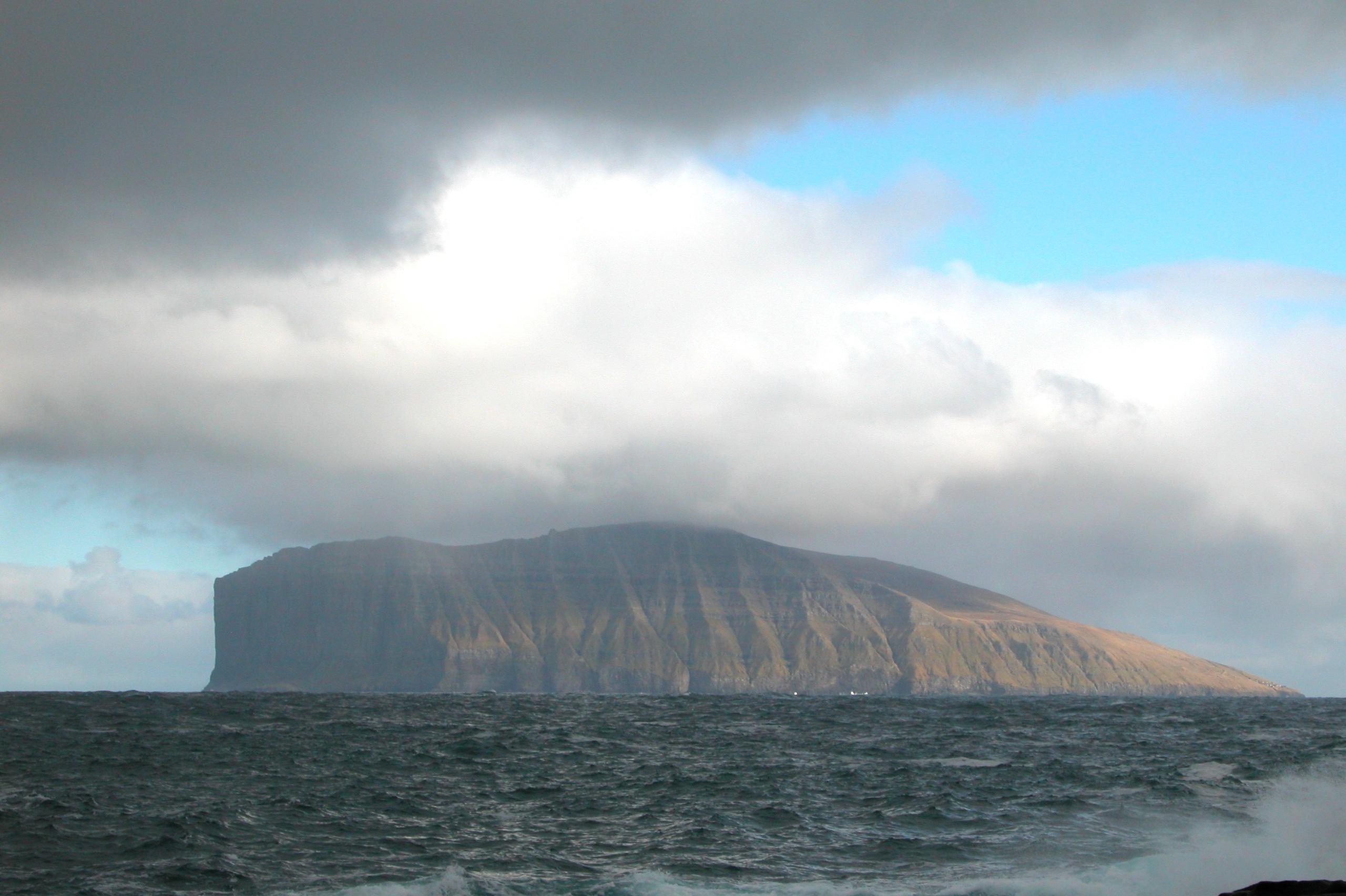 https://upload.wikimedia.org/wikipedia/commons/c/c8/Fugloy,_Faroe_Islands.JPG