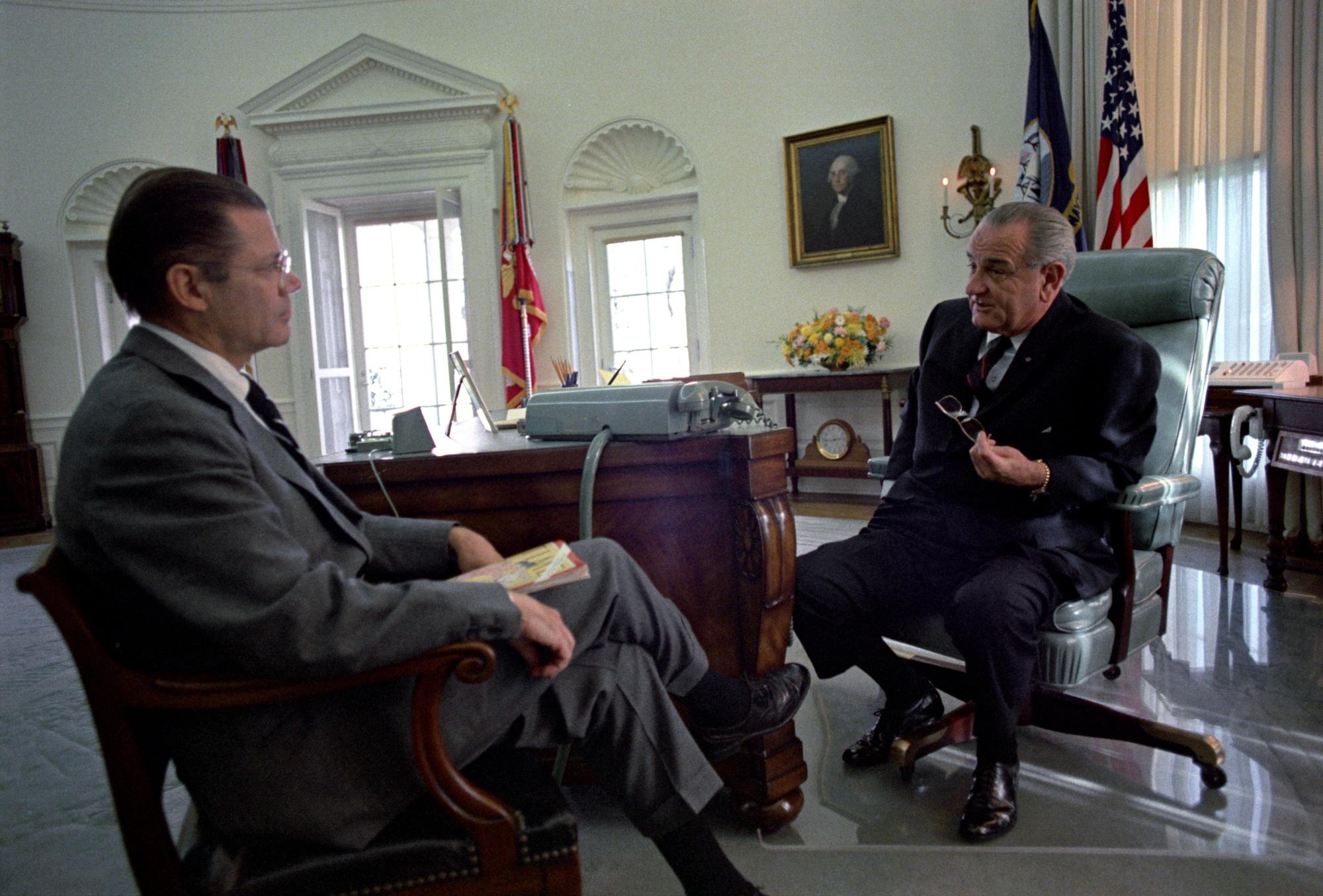 Линдон Джонсон и Роберт Макнамара, министр обороны США.