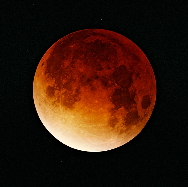 http://upload.wikimedia.org/wikipedia/commons/c/c8/Lunar-eclipse-09-11-2003.jpeg