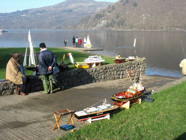 Model boat enthusiasts on the shores of Llyn Padarn - geograph.org.uk - 684031