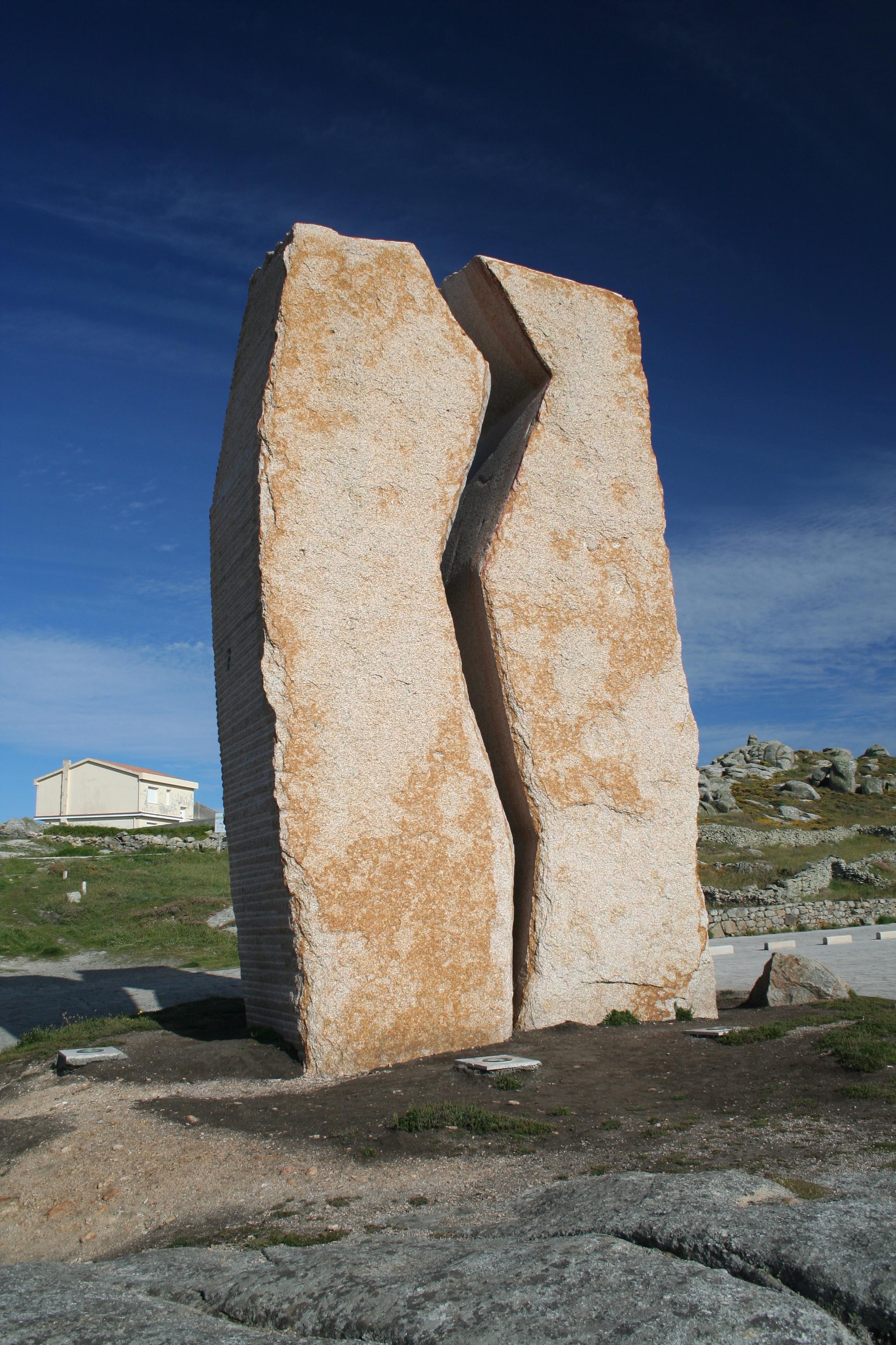 https://upload.wikimedia.org/wikipedia/commons/c/c8/Monumento_fronte_%C3%B3_Santuario_da_Virxe_da_Barca%2C_Mux%C3%ADa.jpg