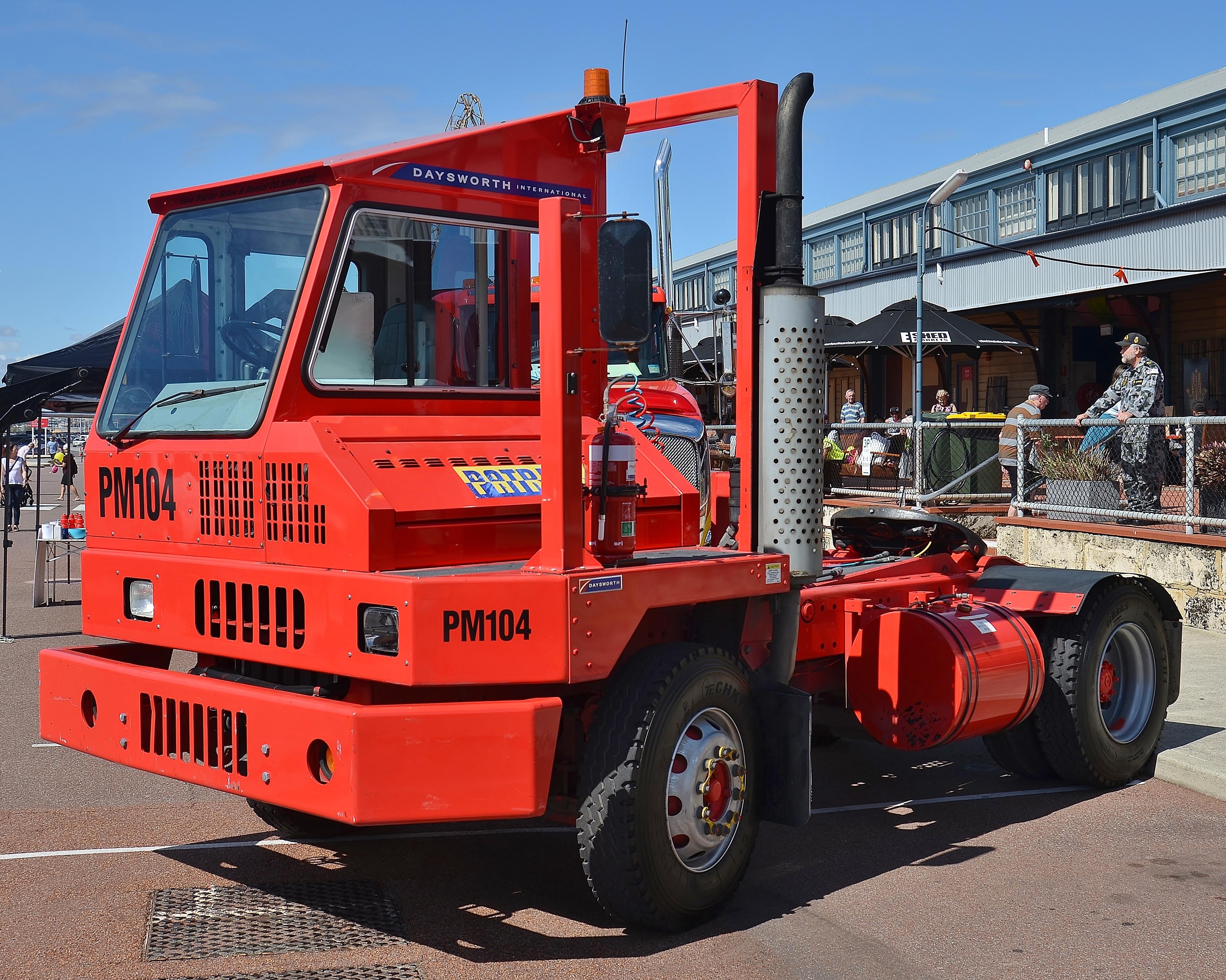kalmar trattori muletti portuali Patrick_terminal_tractor_PM104%2C_Fremantle%2C_2015_%2802%29
