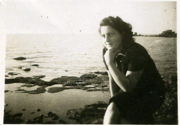 חנה סנש בחוף הים