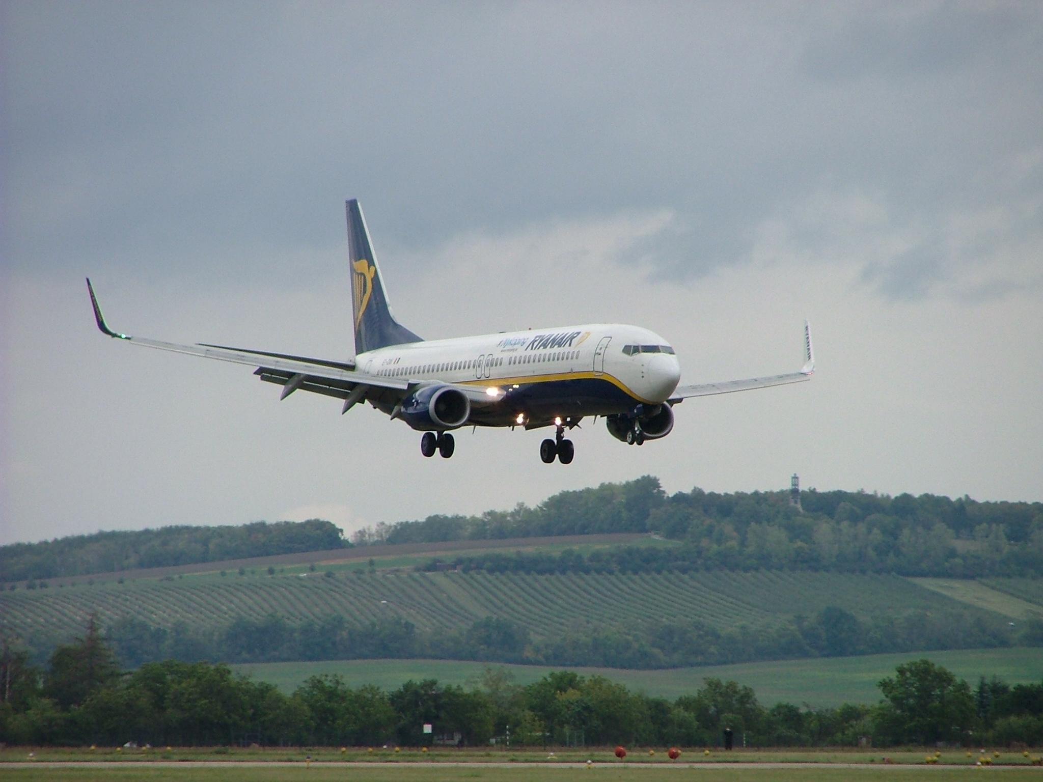 Contact of Ryanair customer service (phone, address)