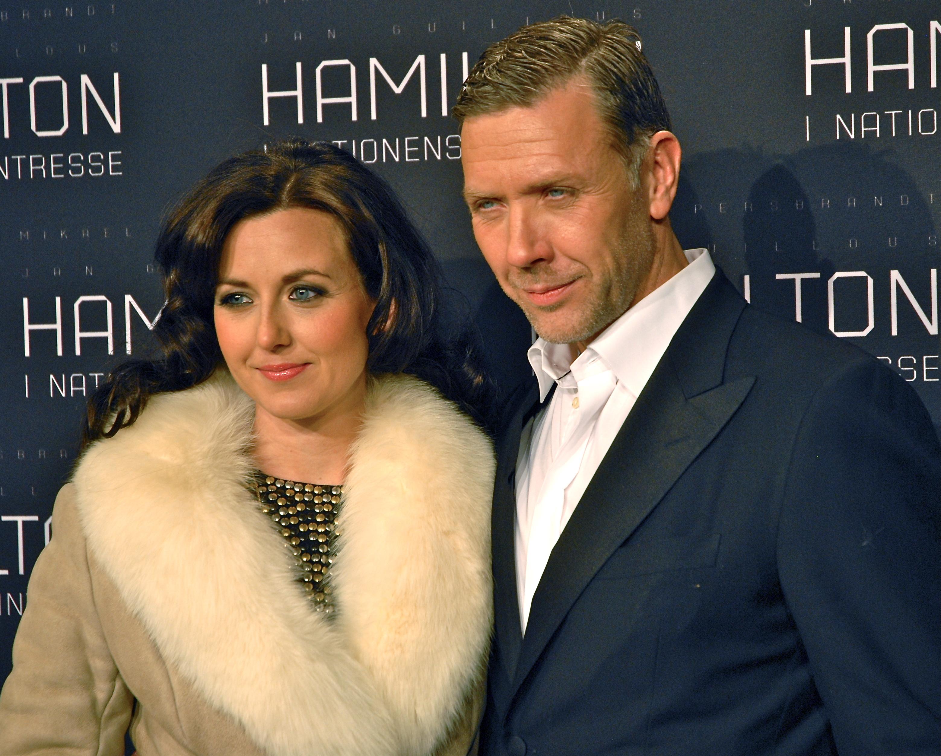Mikael Persbrandt avec gracieuse, femme Sanna Lundell