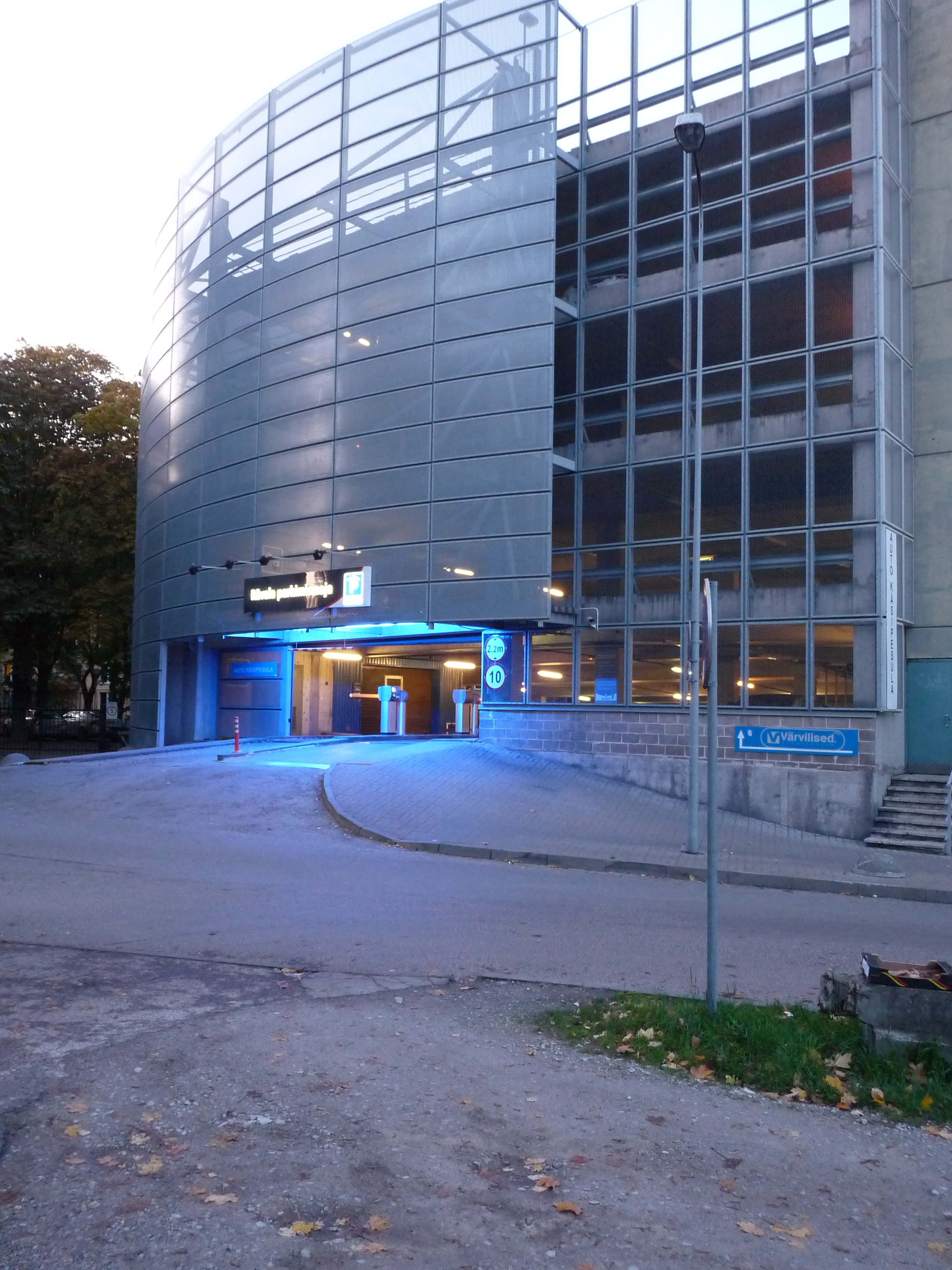 File Big Garage In Centre Of Tallinn Jpg Wikimedia Commons