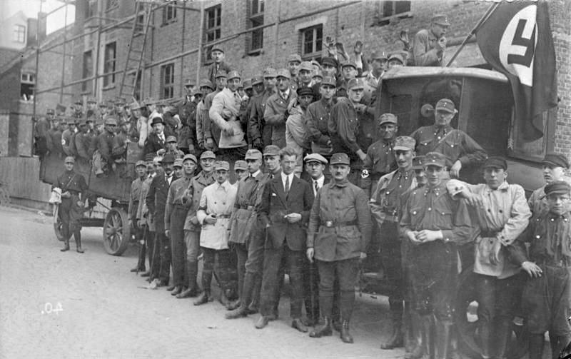 Sturmabteilung aus Essen in noch uneinheitlicher Uniformierung, 1926