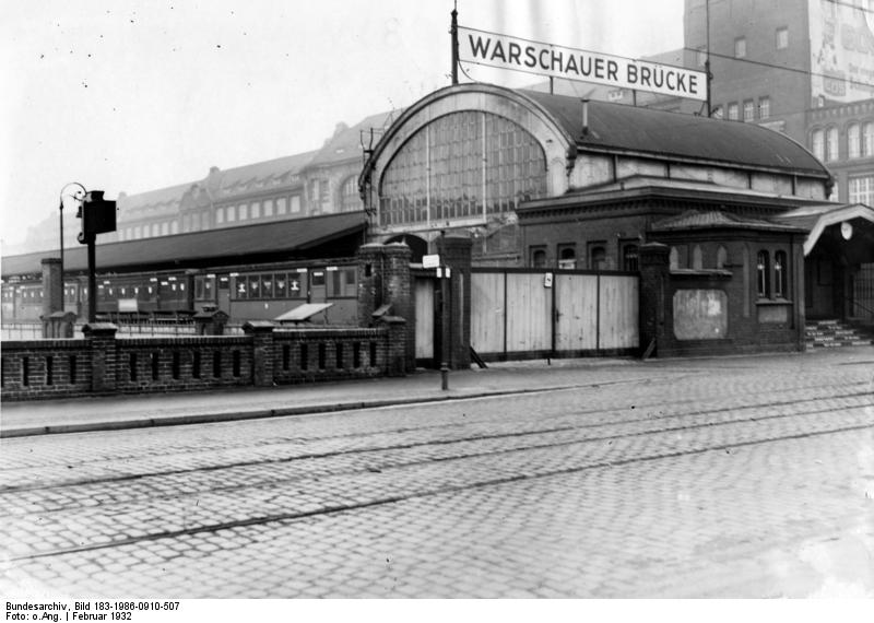 Bahnhof Warschauer Strasse, Bundesarchiv, Bild 183-1986-0910-507 / CC-BY-SA 3.0 [CC BY-SA 3.0 de (https://creativecommons.org/licenses/by-sa/3.0/de/deed.en)], via Wikimedia Commons