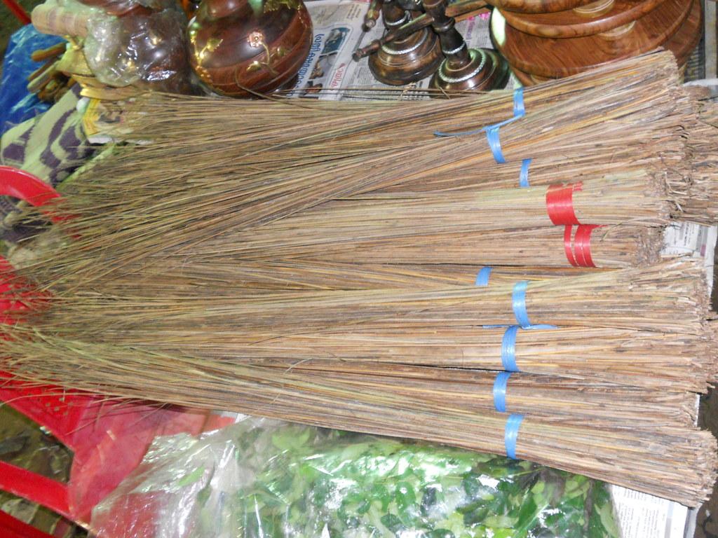 File:Coconut stick broom f jpg - Wikimedia Commons