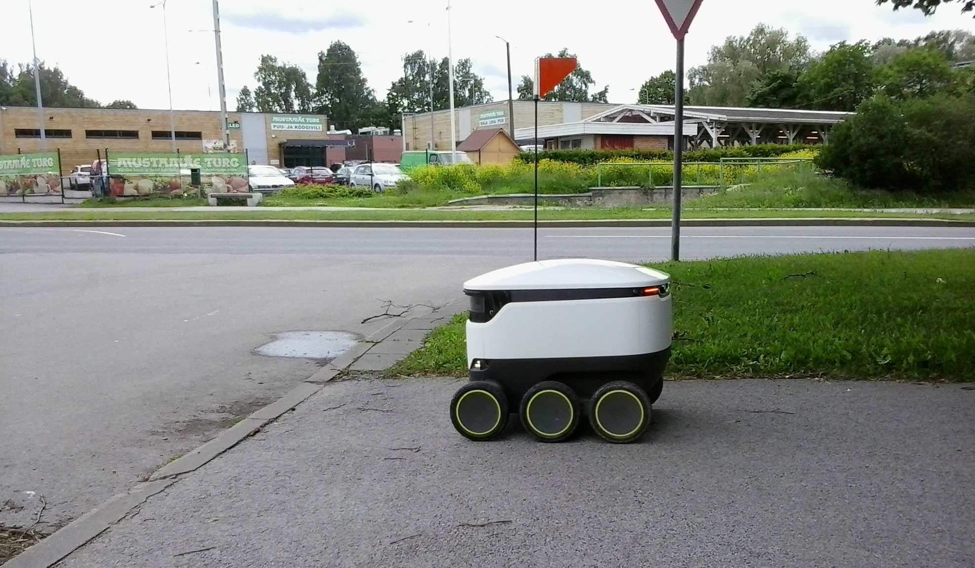 Delivery rover by starship.xyz, June 2017.jpg