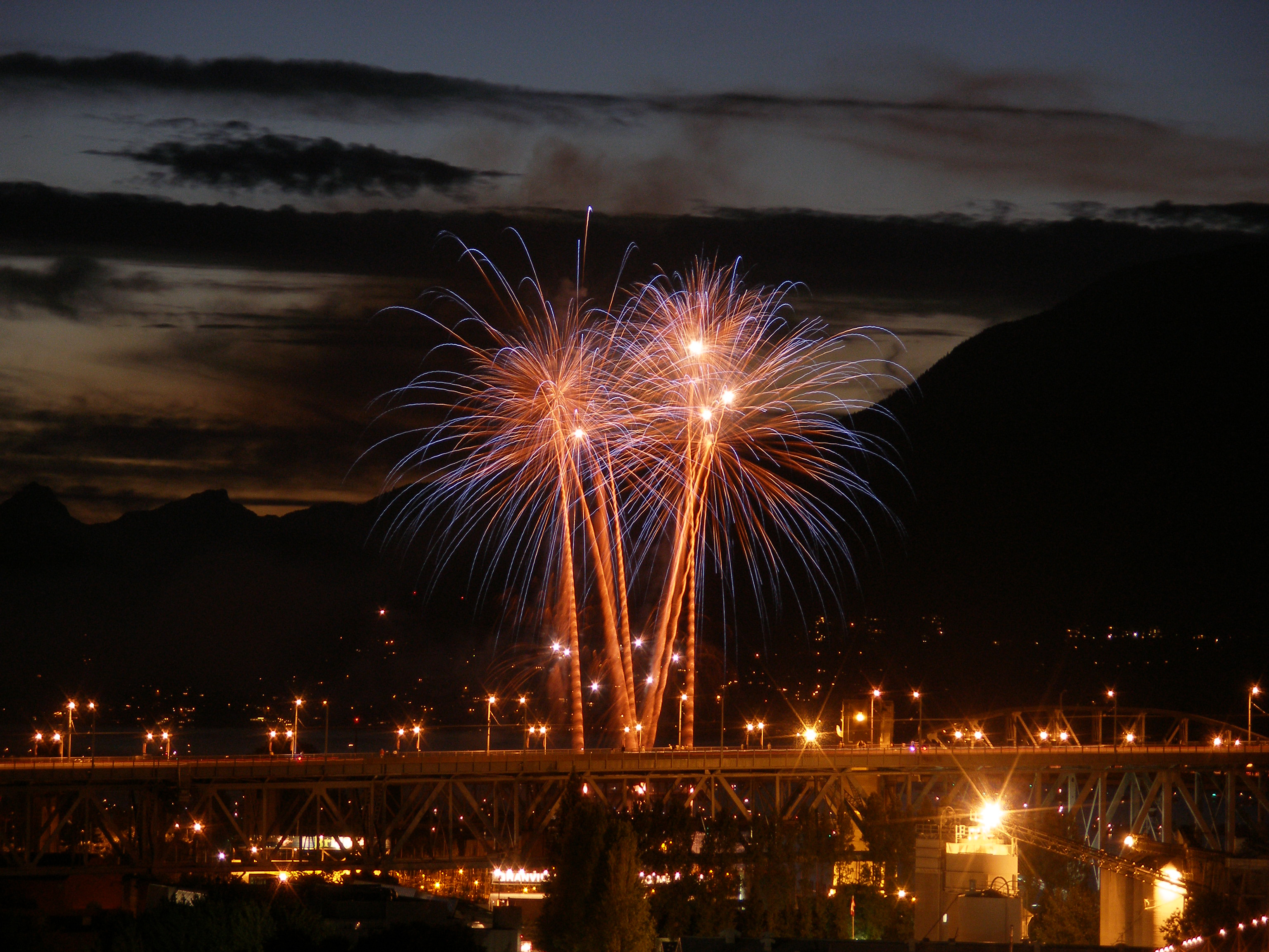 http://upload.wikimedia.org/wikipedia/commons/c/c9/Fireworks_vancouver.jpg