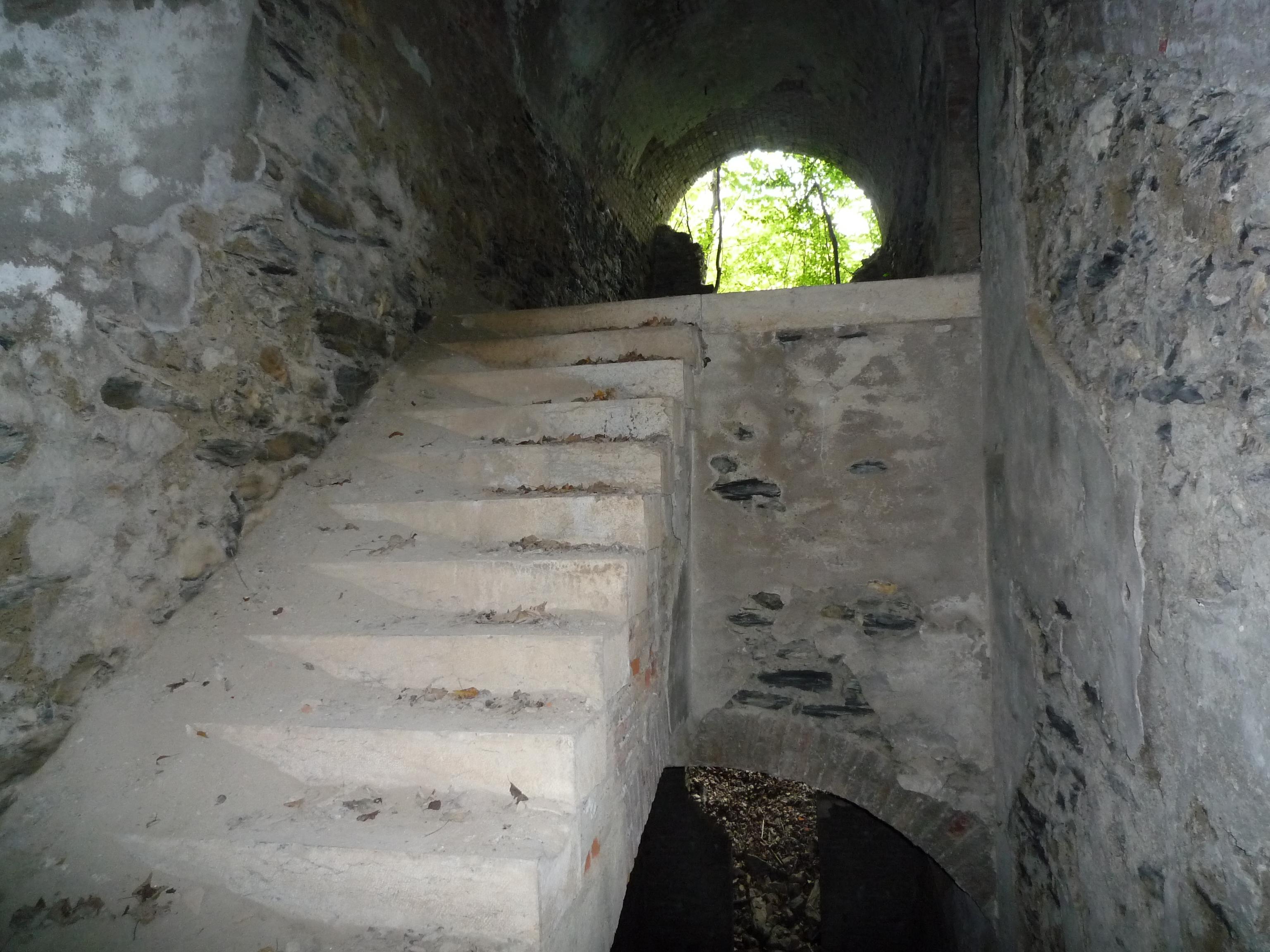 File fort des quatre seigneurs escalier vue vers l for Escalier exterieur original