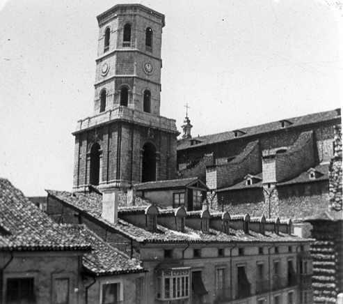 Fundación Joaquín Díaz - Catedral desde la plaza de la Universidad - Valladolid.jpg