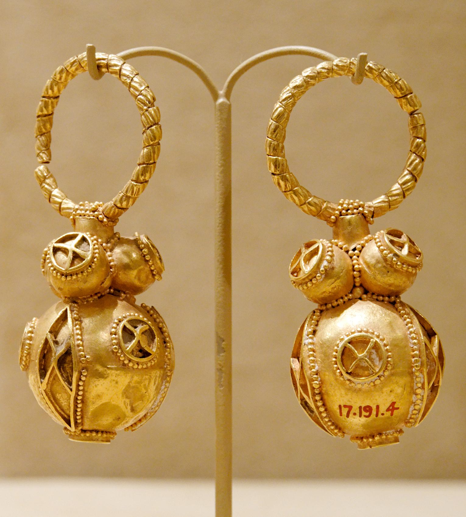 filegold earrings met 1719145jpg