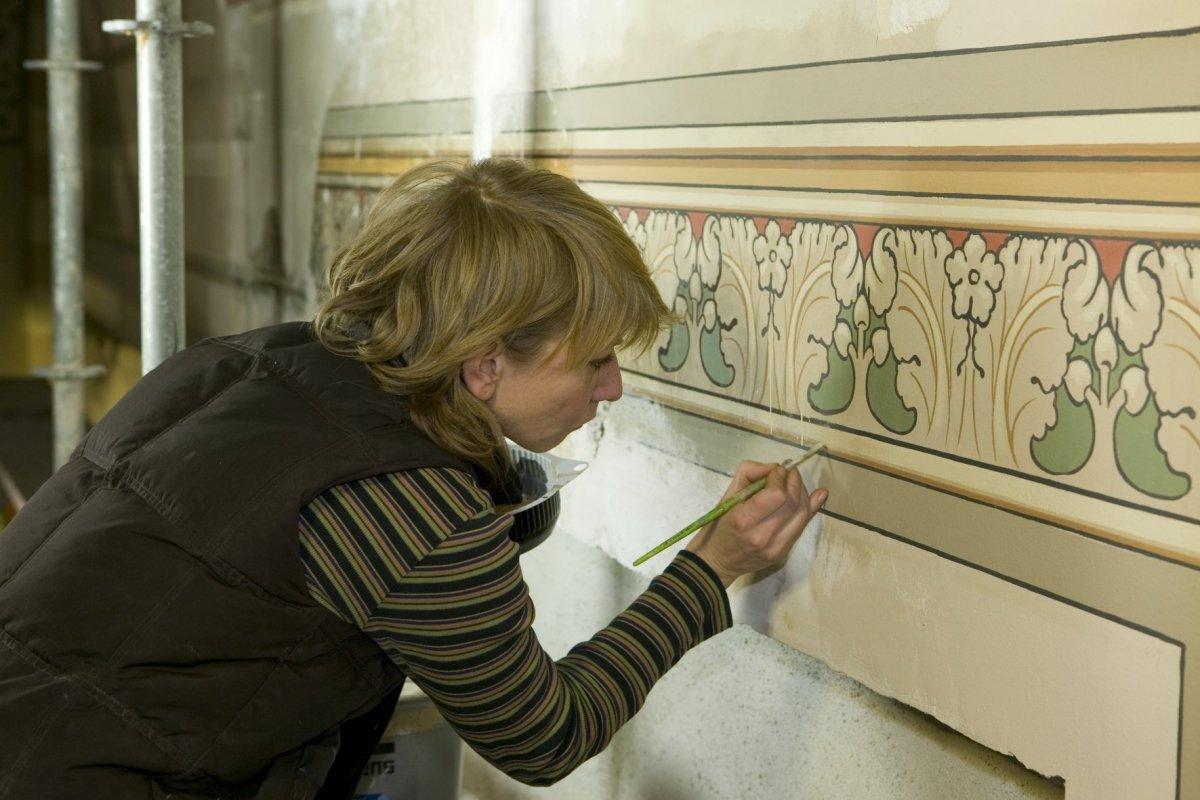 File interieur het herstel van de originele geschilderde decoratie de restaurator aan het werk - Decoratie van het interieur ...
