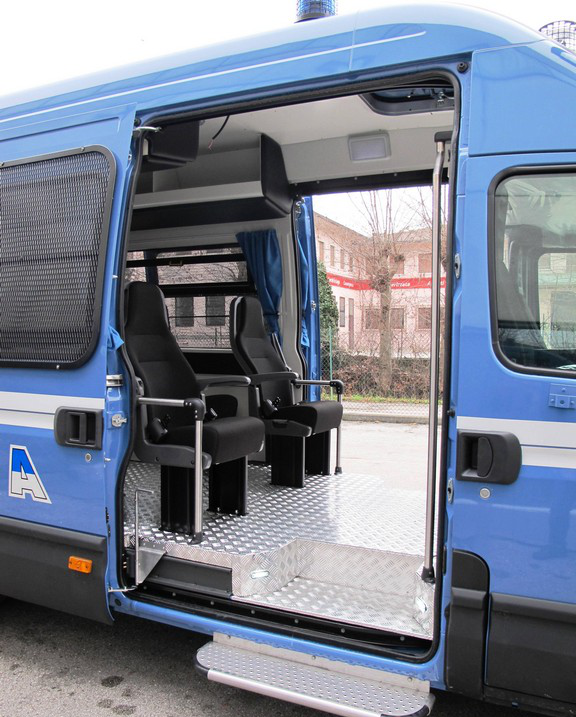 File:Iveco Daily fifth generation RMPS new livery interior.png ...