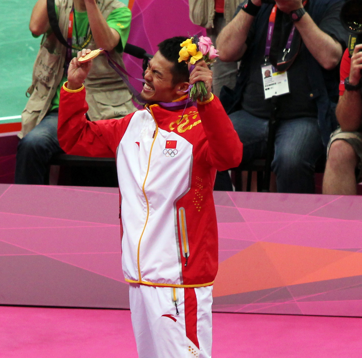 File Lin Dan Celebrates His Gold Medal Wikimedia mons
