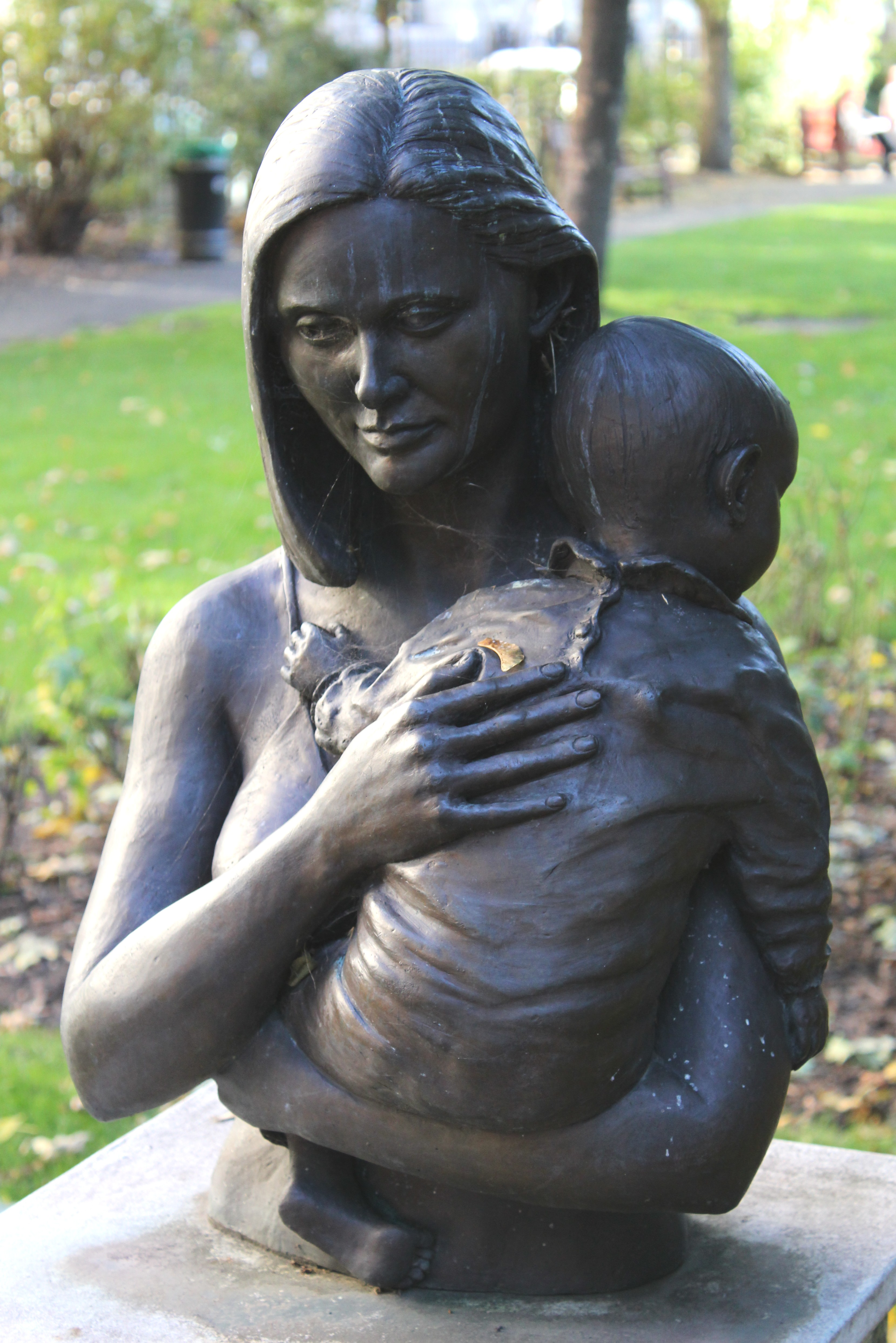 File Mother And Child Sculpture Queen Square Jpg Wikimedia Commons