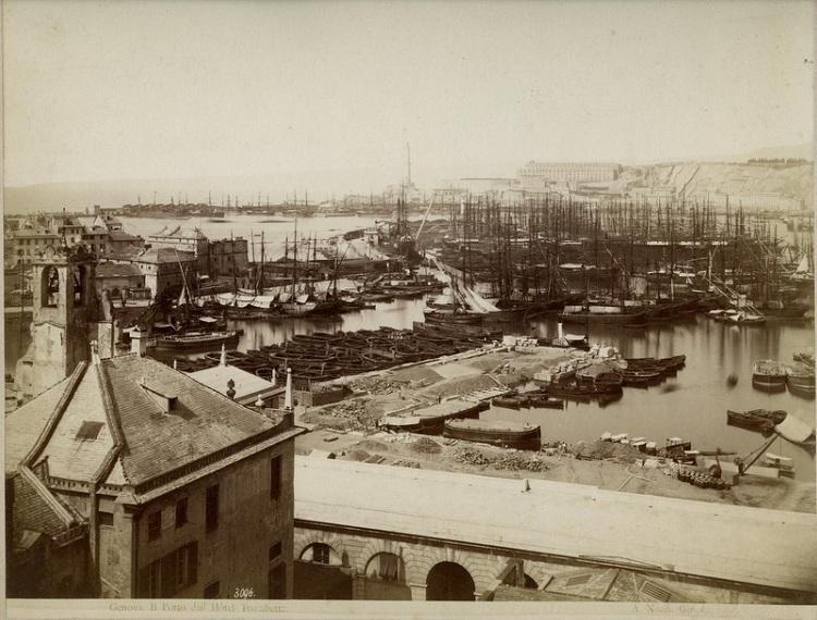 Vue sur le port avec la terrasse de marbre au premier plan. Photo d'Alfred Noack.