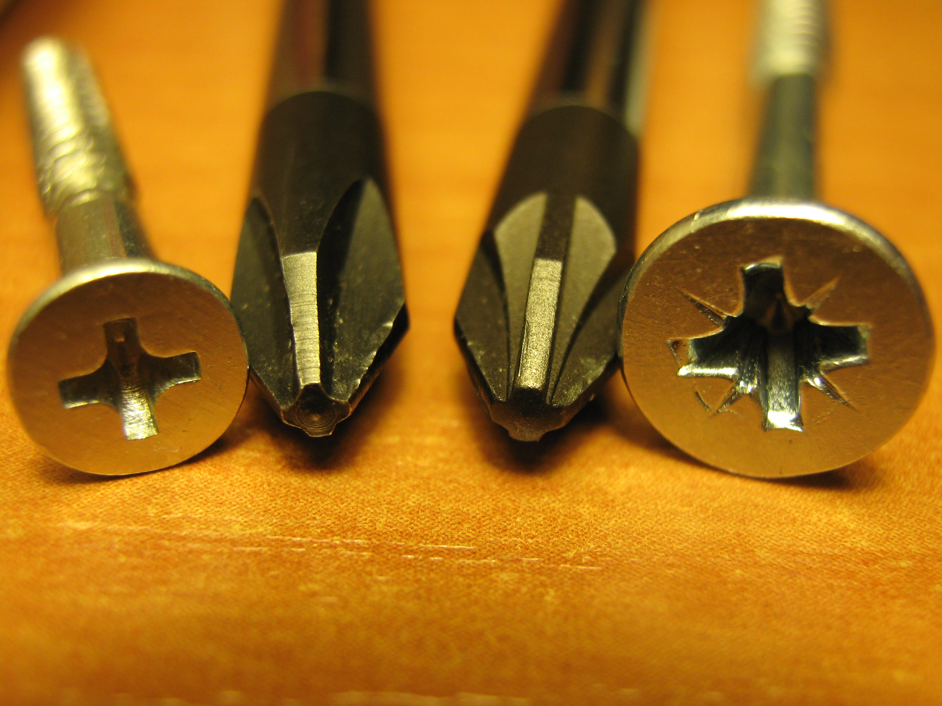 http://upload.wikimedia.org/wikipedia/commons/c/c9/PHILLIPS_and_POZIDRIV_screwdrivers_and_screw.JPG