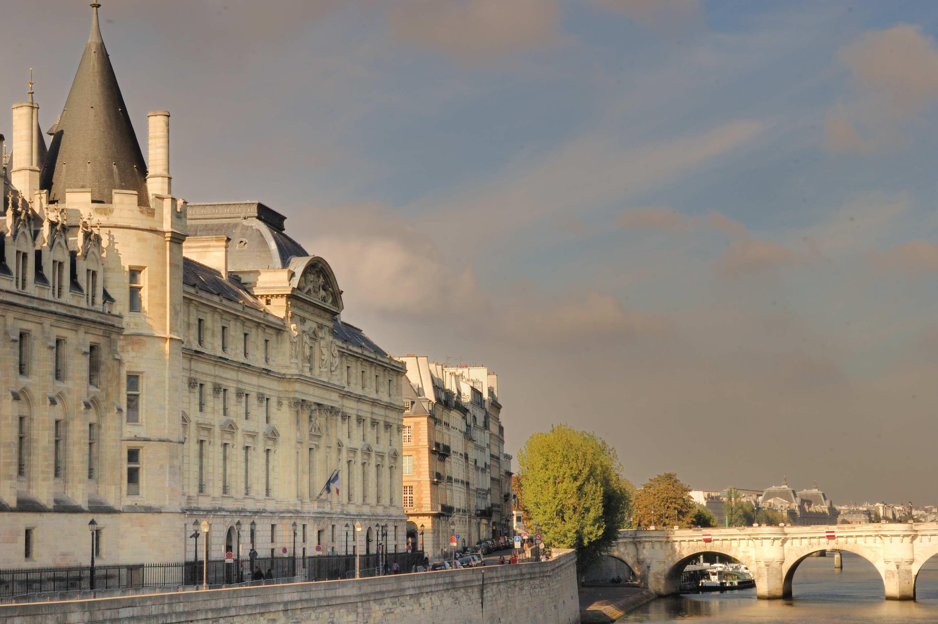 Fichier:Palais de Justice, Paris 22 September 2012.jpg