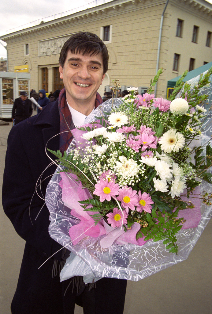 File:RIAN archive 813357 A man with a bouquet.jpg - Wikimedia Commons