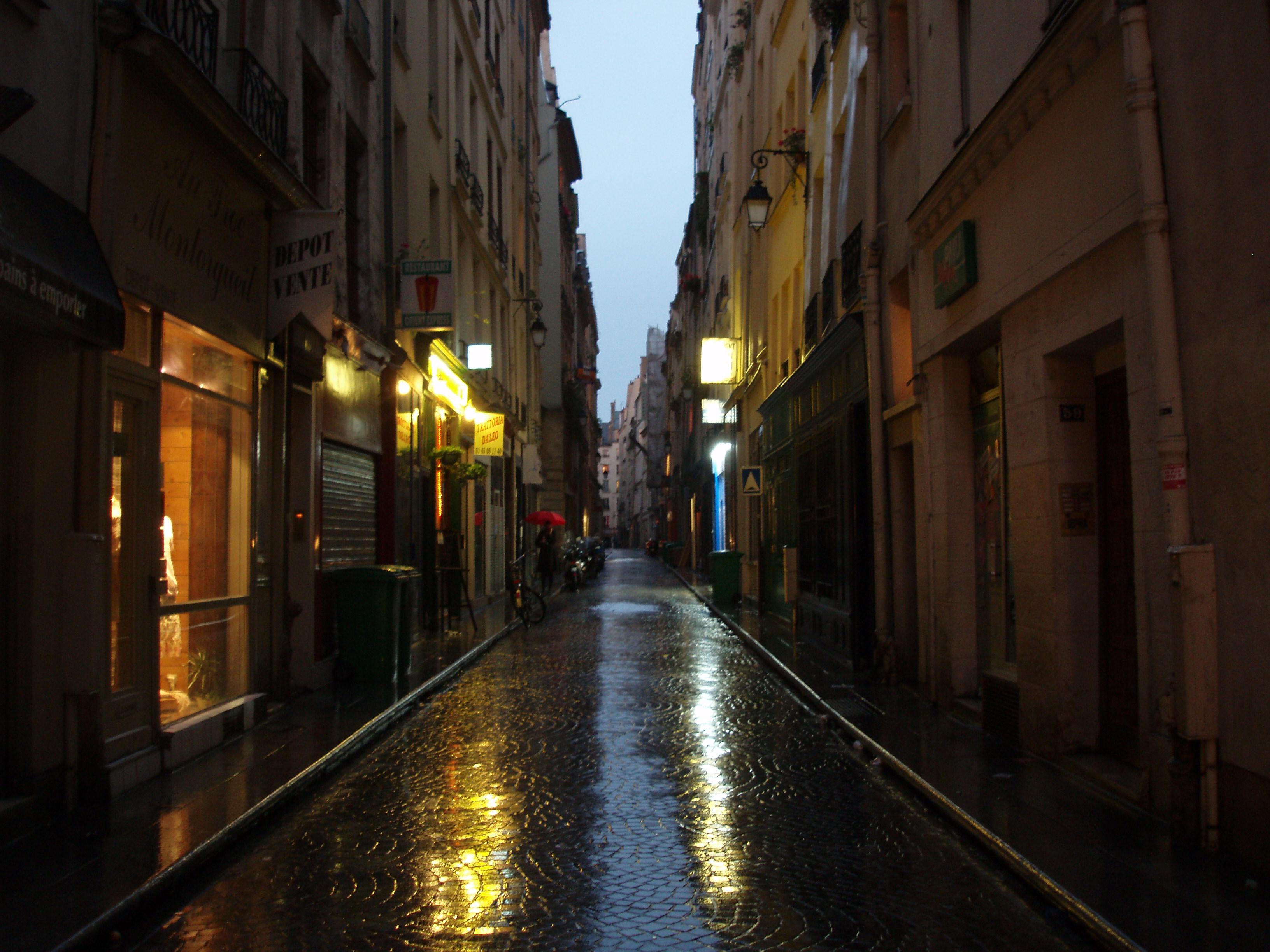 Rue la nuit, éclairée