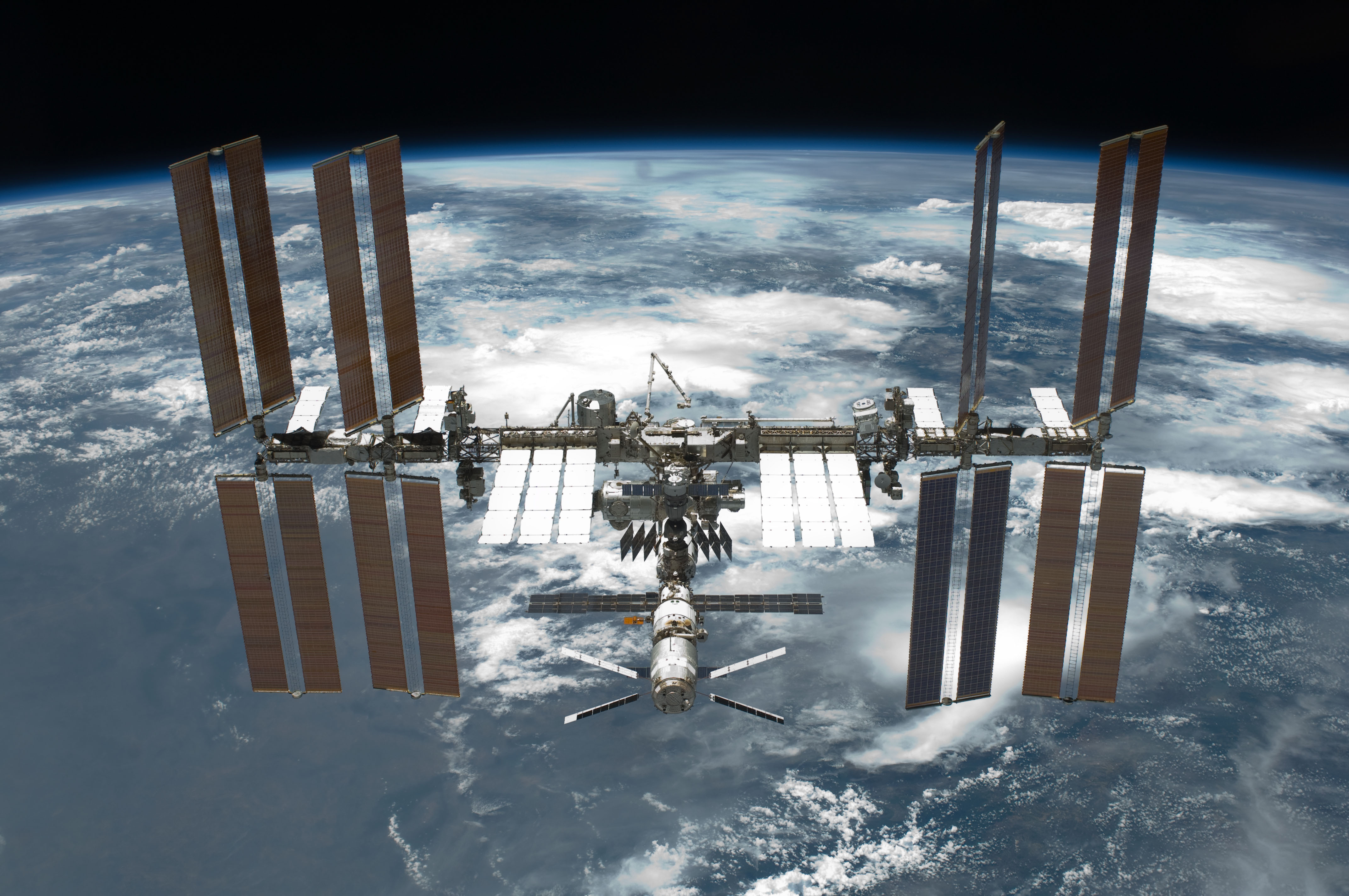 http://upload.wikimedia.org/wikipedia/commons/c/c9/STS-134_International_Space_Station_after_undocking.jpg?uselang=ru