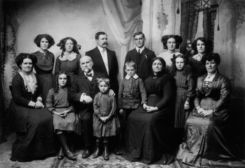 FileStateLibQld 1 200839 Kennedy Family Group Portrait 1910