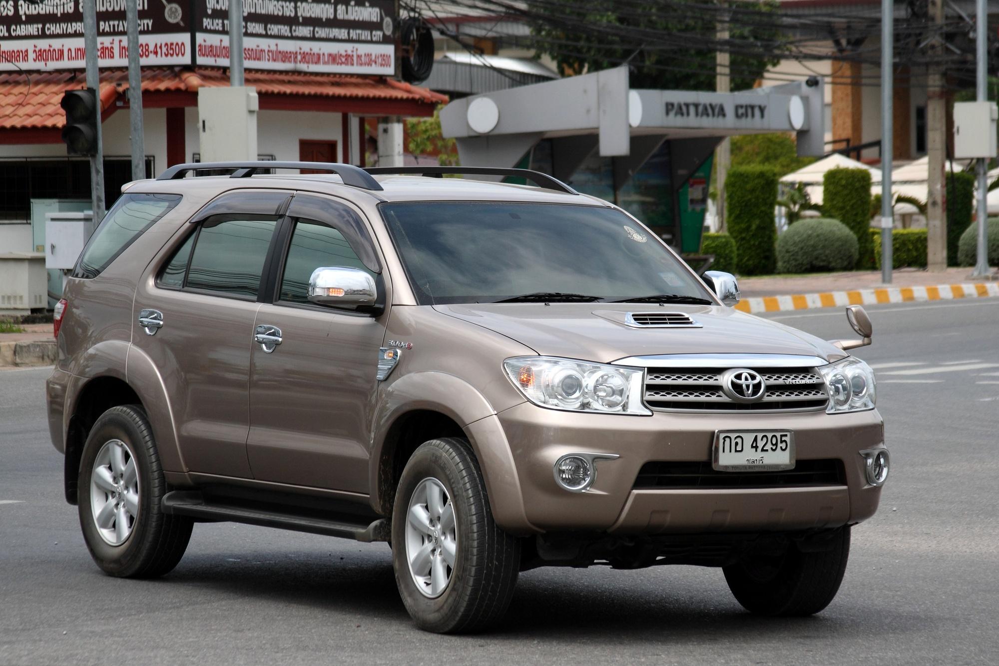 File Toyota Fortuner In Pattaya Jpg Wikimedia Commons