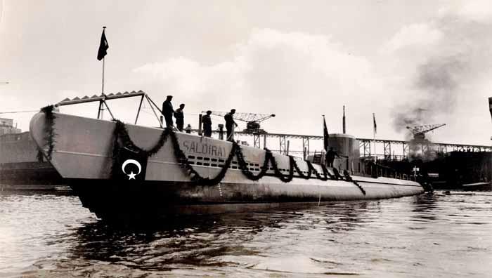 https://upload.wikimedia.org/wikipedia/commons/c/c9/Turkish_submarine_Saldiray_DzKK.jpg