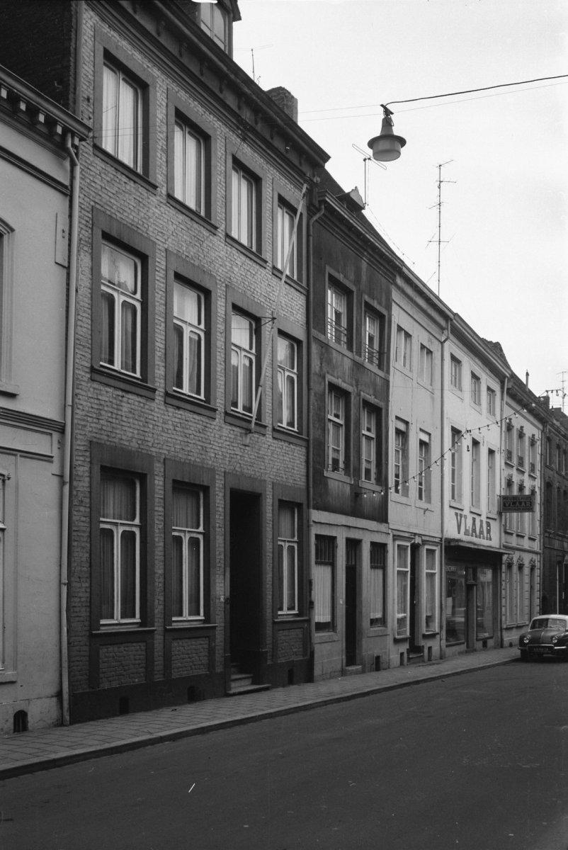 Bakstenen huis met zijtrapgevel en in de voorgevel een ingang en vensters in naamse steen in - Huis ingang ...