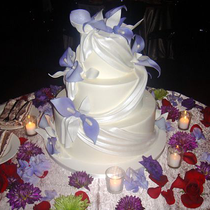 File:Wedding cake on table with floral decorations - Wikimedia