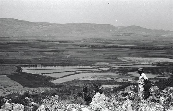 File:כפר גלעדי -מבט מנבי יושע על בריכות הדגים של כפר גלעדי-JNF028081.jpeg