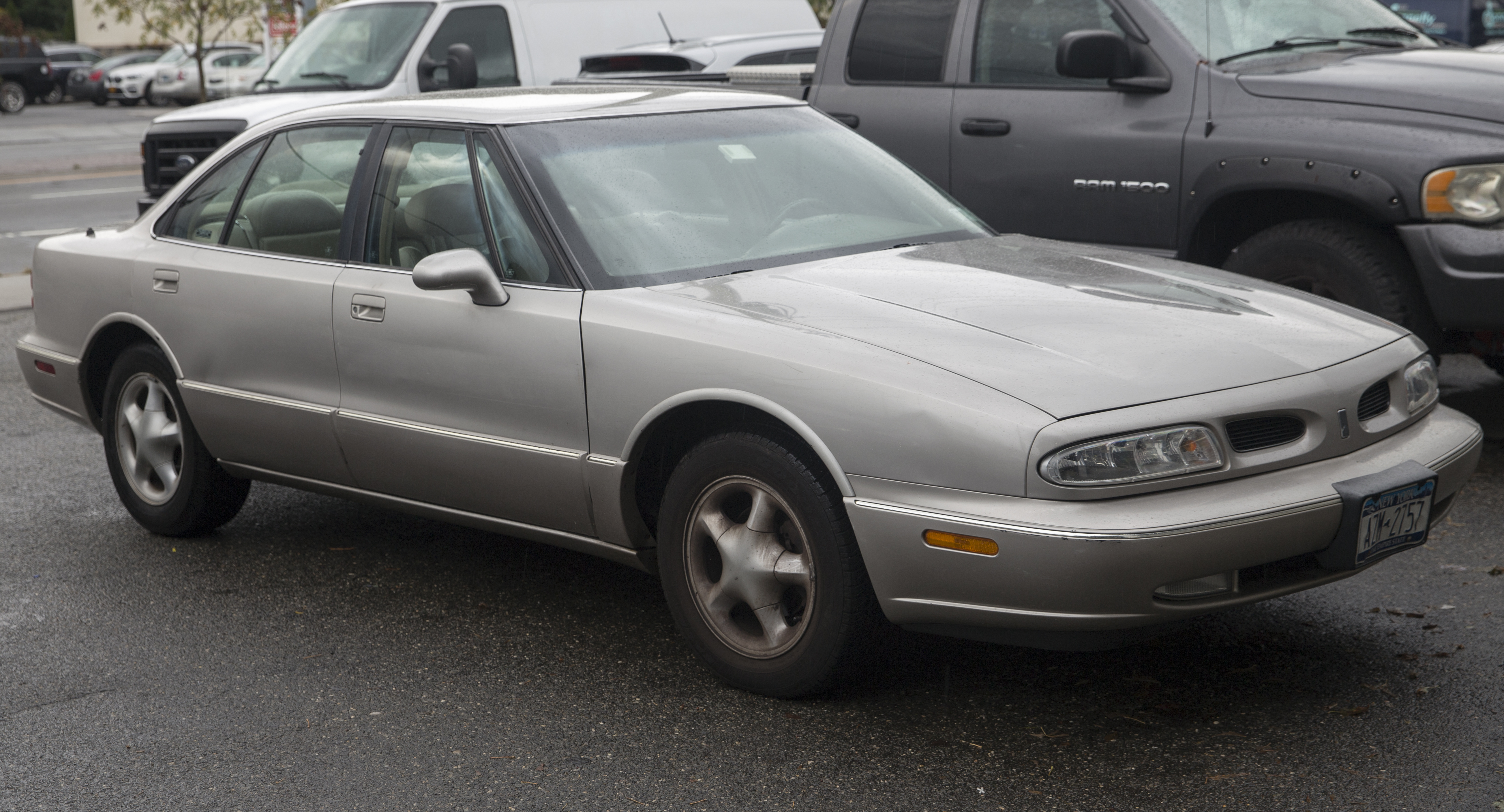 file 1996 oldsmobile lss champagne front right jpg wikimedia commons wikimedia commons