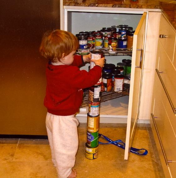 Autistischer Junge stapelt Dosen - Quelle: WikiCommons, Details siehe Artikel-Ende