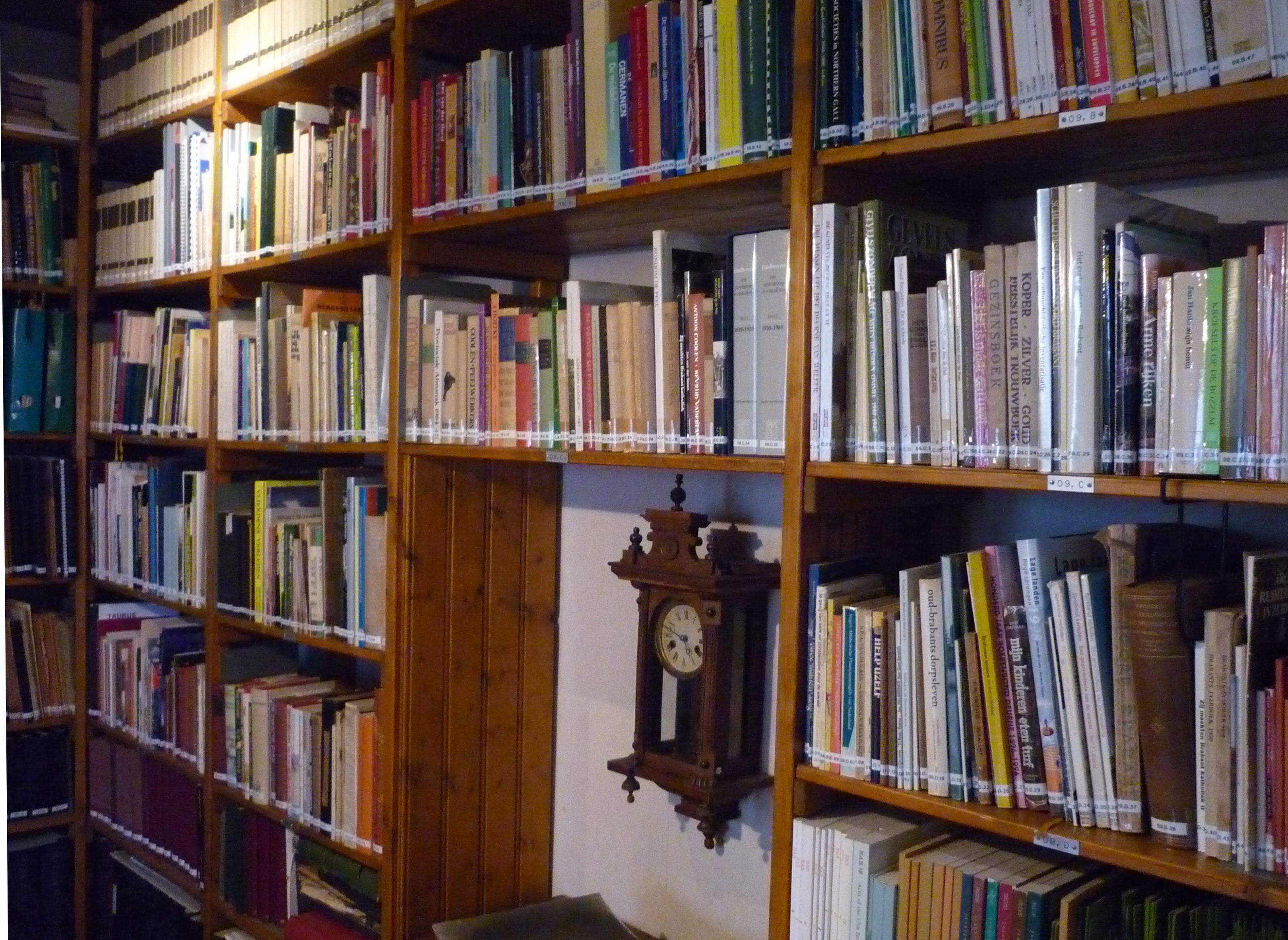 File:Boekenkast bibliotheek heemhuis Deurne.jpg - Wikimedia Commons