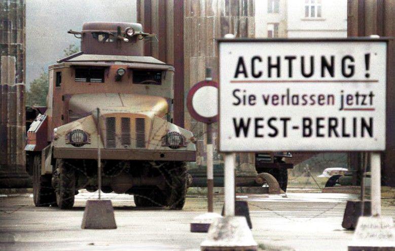 Bundesarchiv Bild 173-1282 Berlin Brandenburger Tor Wasserwerfer-Colorized.jpg