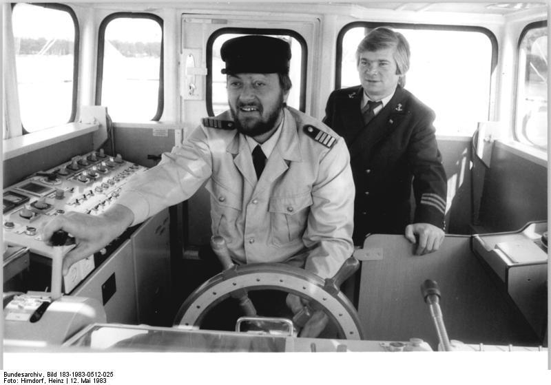 File:Bundesarchiv Bild 183-1983-0512-025, Berlin, Werftübergabe eines Schiffs.jpg