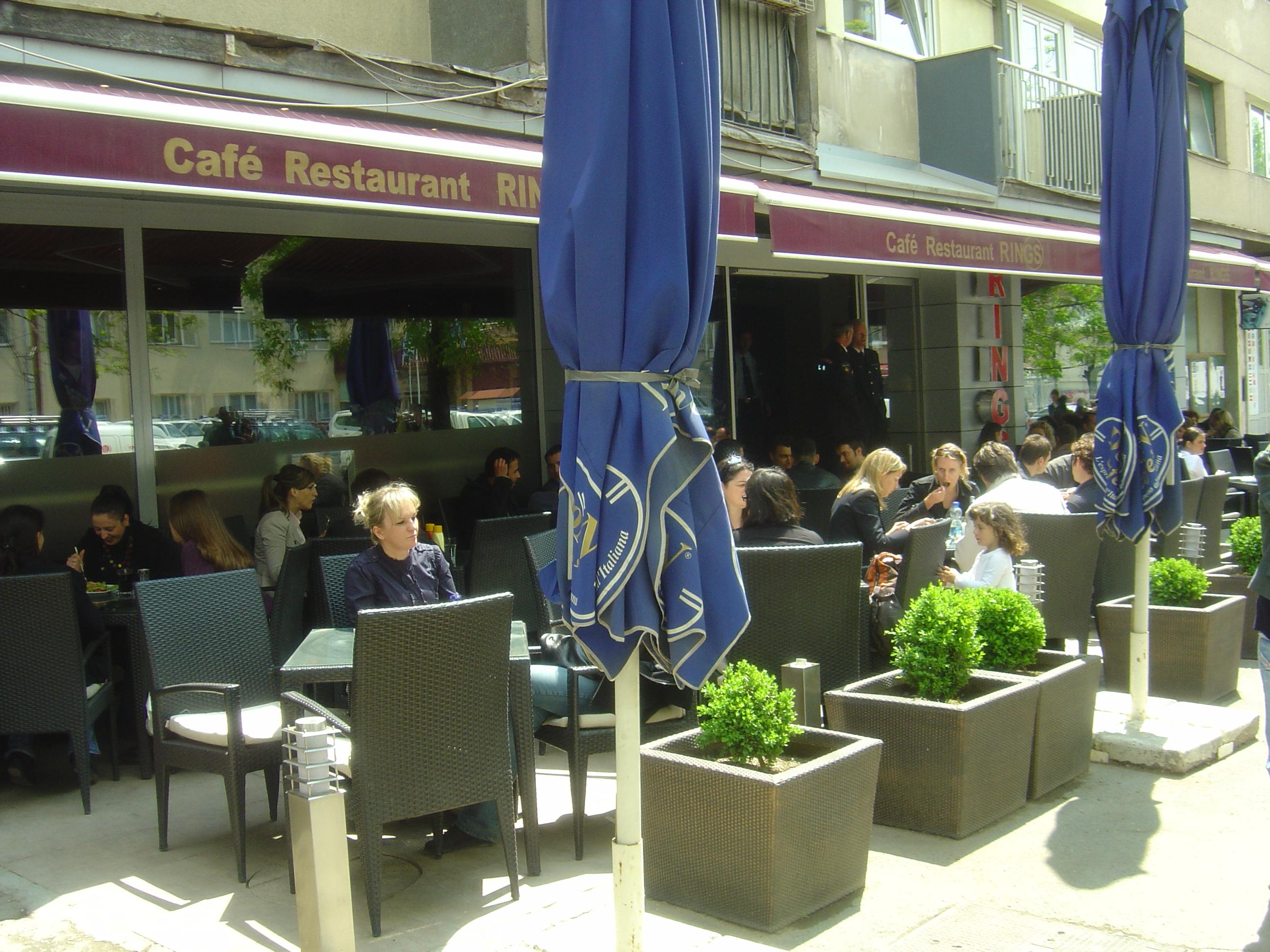 Kleinbetriebe wie dieses Café in Priština sind überall im Land zu finden.