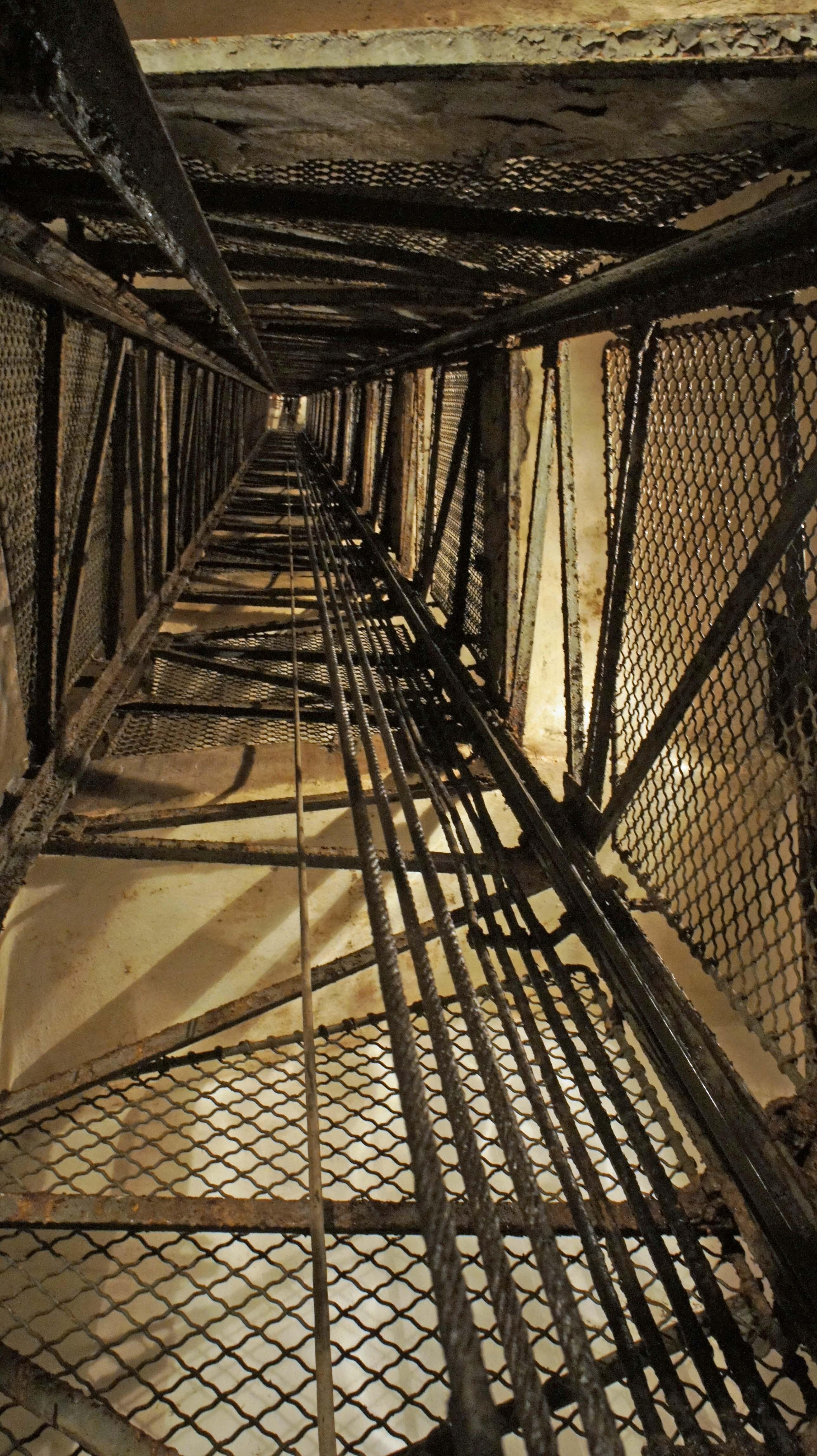 File cage d 39 ascenceur et wikimedia commons for Tapisser cage d escalier