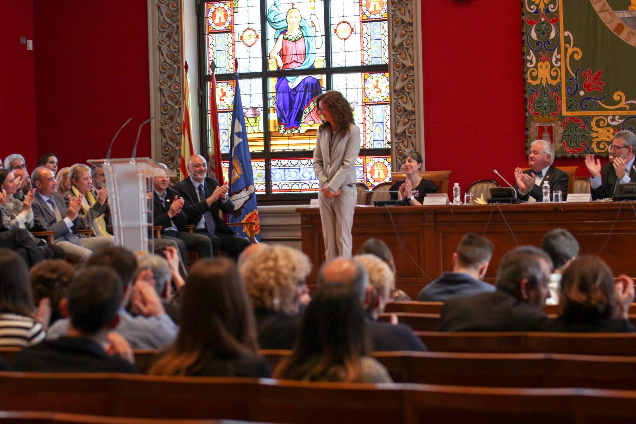 Carmen París en el momento de recibir su galardón como Alumna distinguida de la Facultad de Filosofía y Letras de la Universidad de Zaragoza, en acto solemne, el día 21 de abril de 2017.