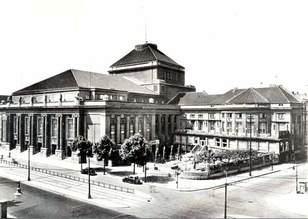 Deutsche Opernhaus, Für den Autor, siehe [Public domain], via Wikimedia Commons