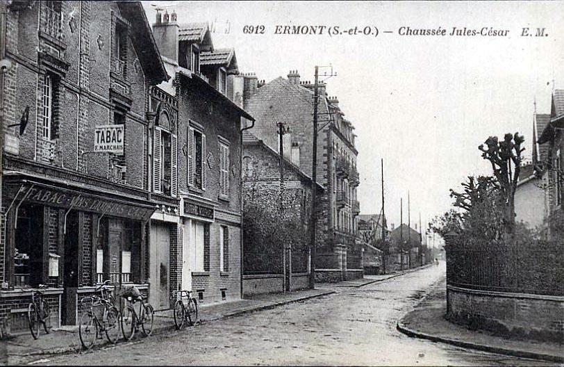 File ermont chaussee jules wikimedia commons for Cortili provenzali francesi
